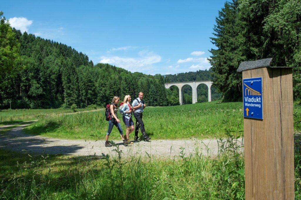 Wandelen over de Viadukt Wanderweg ©  Touristikzentrale Paderborner Land e. V. / R. Rolf